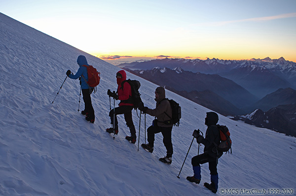Trekking poles in mountaineering-2